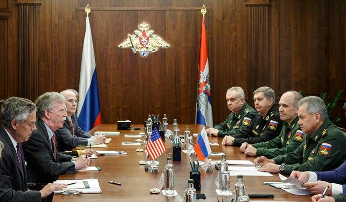 Советник по национальной безопасности США Джон Болтон и министр обороны России Сергей Шойгу во время встречи делегаций в Москве, Россия, 23 октября 2018.
