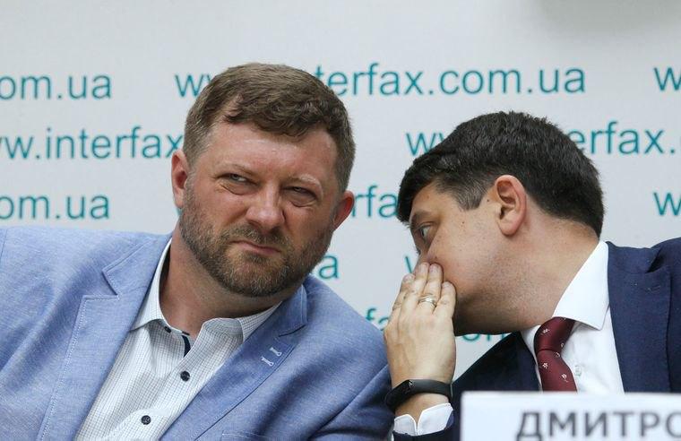 Глава избирательного штаба «Слуги народа» Александр Корниенко (слева) и председатель партии Дмитрий Разумков во время пресс-конференции, Киев, 27 мая 2019