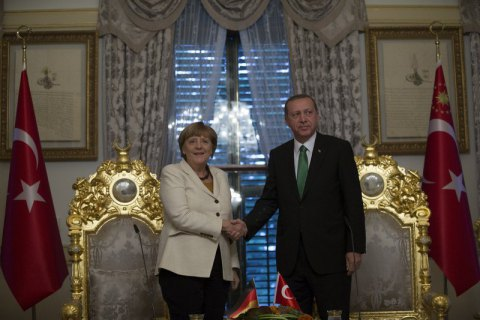 Меркель заявила про свободу мистецтва після скарги Ердогана на телеведучого