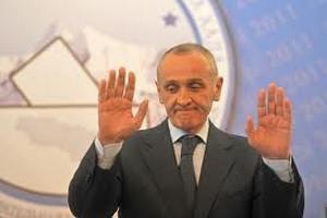 Голова Абхазії переховується на російській військовій базі через протести
