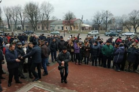 Под Тернополем устроили молебен: опасаются , что кним привезут эвакуированных изУханя