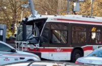 В Канаде автобус въехал в столб: 25 пострадавших