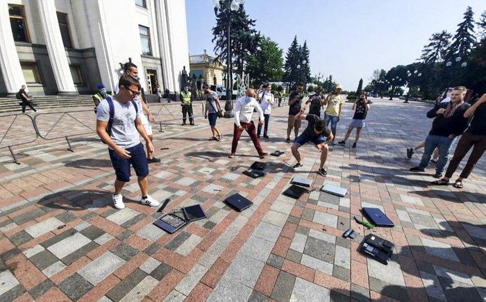 Протест IT-спеціалістів під стінами парламенту