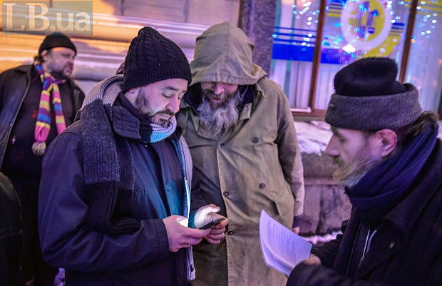 Юрій розповідає безпритульним про пункти обігріву