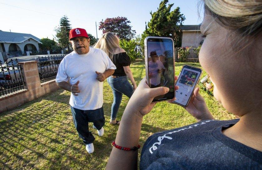 Невістка знімає відео, як Хенаро Рангел, який стрімко набирає популярність в ТікТок, та свекруха Венді Рангел танцюють під мексиканську музику.