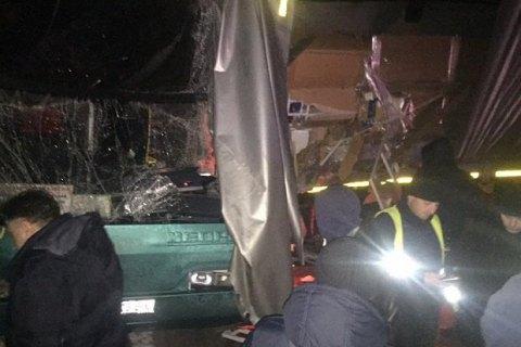 Під Львовом автобус з туристами зіткнувся з вантажівкою