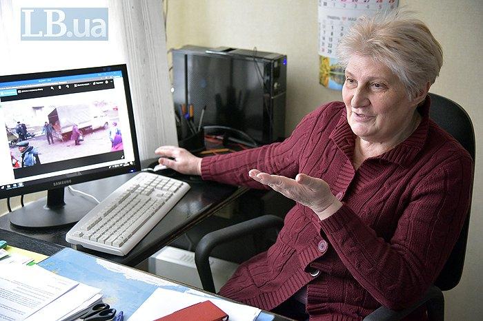 Галина Полякова показывает фотографии раздачи гуманитарной помощи в зоне АТО на рабочем компьютере
