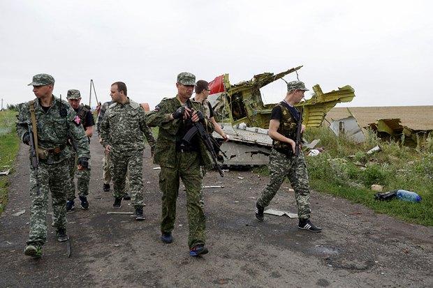 Павел Губарев с сепаратистами на месте крушения авиалайнера