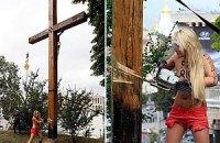 Femen спиляли бензопилкою поклінний хрест на Майдані