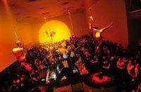 Японцам запретили танцевать в клубах после полуночи