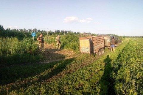 На кордоні з РФ затримали УАЗ із 49 ящиками горілки і рибальським спорядженням на 200 тис. грн