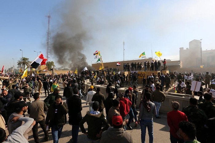 Проиранские митингующие атакуют американское посольство в Багдаде