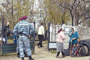 Циганам заборонили ходити на кладовище біля резиденції Януковича