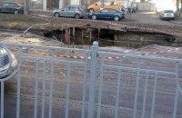 В Киеве из-за аварии на водопроводе провалилась дорога на улице Народного ополчения