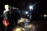 Спасатели в Таиланде планируют одновременно поднять из пещеры 4 детей и тренера