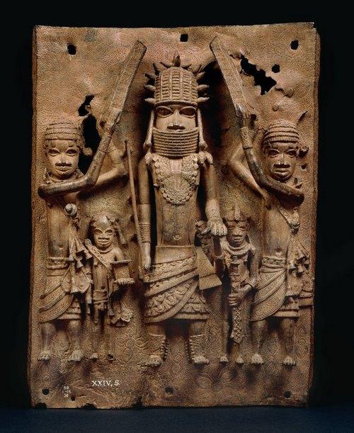 Бронзовая пластина из коллекции, вывезенной из Бенина, Британский музей