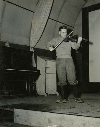 Менухин выступает для гарнизона в Оркни, Шотландия в 1944 г.