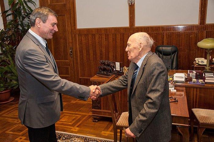 Борис Патон вітає нового голову Державного космічного агентства Олега Уруського, 26 січня 2015 р.