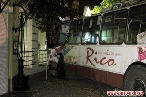 У Житомирі тролейбус з пасажирами врізався в п'ятиповерхівку (фото)