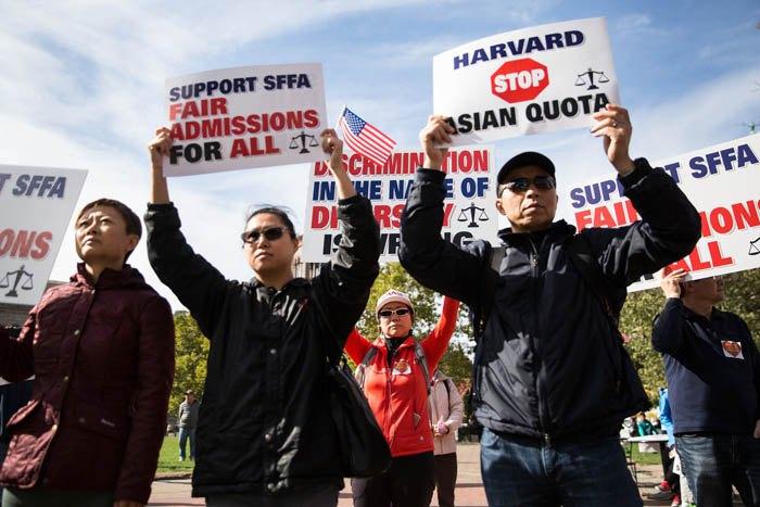 Активісти групи 'Студенти за чесний вступ' під час мітингу на площі Коплі в Бостоні, жовтень 2018.