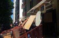 В Одессе активисты забрасывают яйцами офис компании по продаже криптовалют (обновлено)