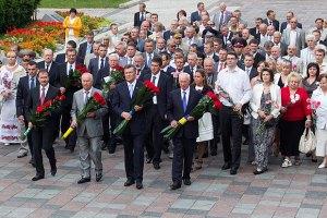 Руководители страны возложили цветы к памятникам Шевченко и Грушевскому