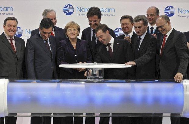 Топ чиновники европейский стран и президент России Дмитрий Медведев во время церемонии запуска газопровода «Северный поток», 08 ноября 2011.