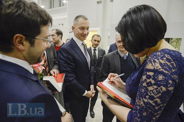По центру - глава Администрации президента Борис Ложкин