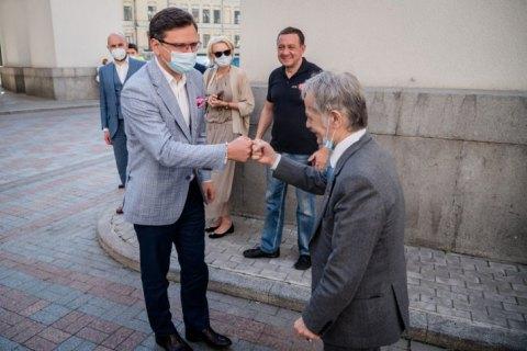 Під посольством РФ вимагають деокупації Криму (ФОТО)