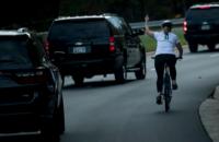 В США женщину уволили за непристойный жест кортежу Трампа