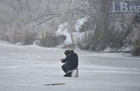 50 рыбаков спасатели сняли с дрейфующей льдины в Полтавской области
