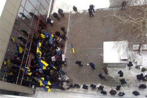 Милиция уехала разбираться, кто блокирует представительство ЕС в Киеве