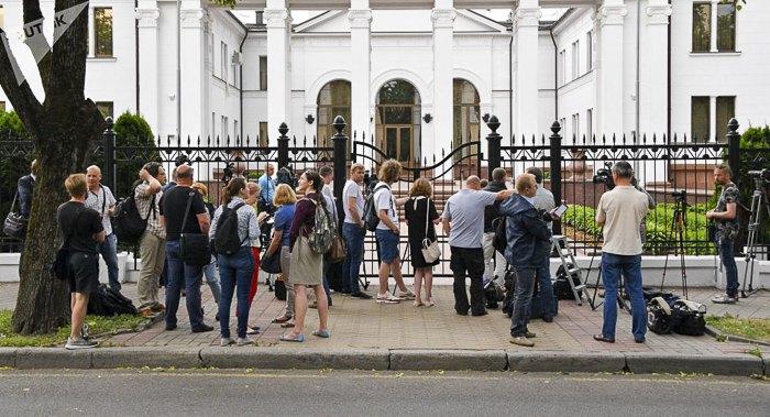 Переговоры проходили в знании *Дипсервис-холла* (первой резиденции президента Лукашенко).