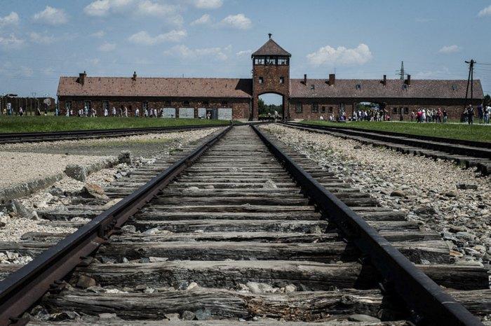 Концентрационный лагерь в Освенцим состоял из трёх основных лагерей: 'Аушвиц 1', 'Аушвиц 2' и 'Аушвиц 3' ( На фото 'Аушвиц 2').