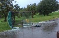 В Минске сильный ветер повалил остановку, пострадали три человека