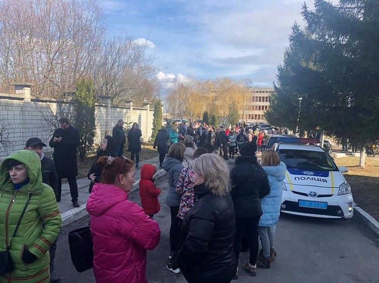 В городе Винники во Львовской области люди перекрыли подъезд к местному госпиталю