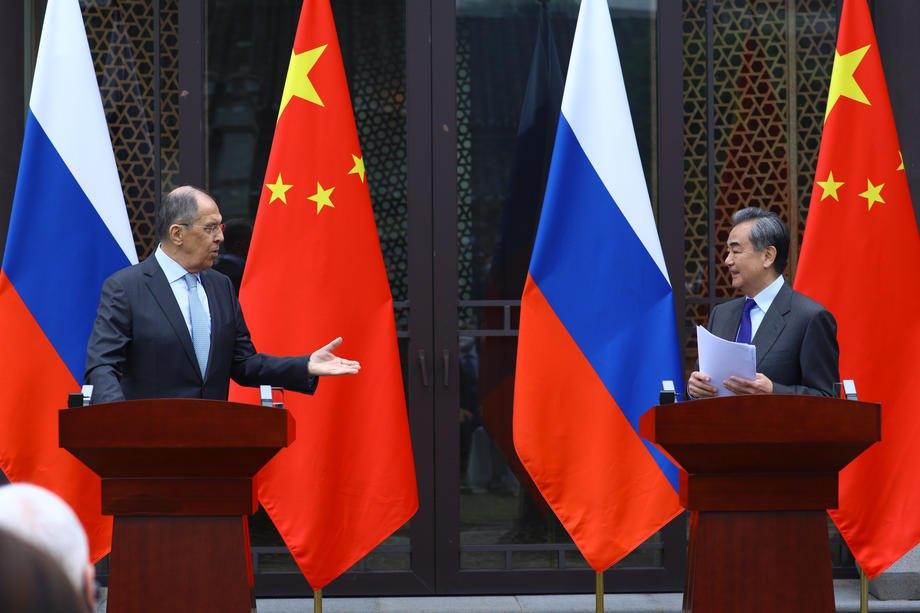 Министр иностранных дел РФ Сергей Лавров и министр иностранных дел Китая Ван И на совместной пресс-конференции в Гуйлине, Китай, 23 марта 2021 .