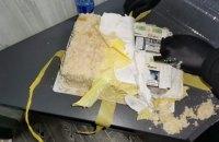 """Українець намагався вивезти до Румунії торт """"Наполеон"""", начинений цигарками"""