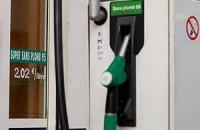 Азаров пообещал стабильные цены на бензин
