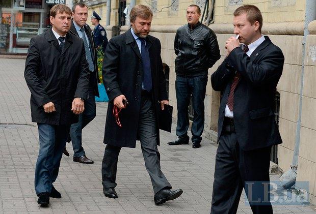 Вадим Новинский идет на заседание фракции ПР
