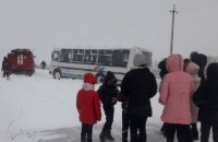 На Волині рятувальники витягли із замету шкільний автобус з дітьми