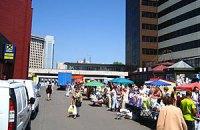 От Януковича спрятали уличных торговцев на «Левобережной»