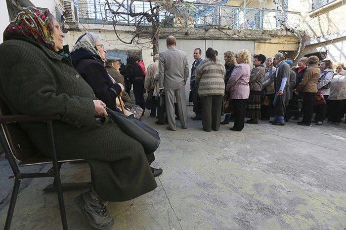 Севастопольцы в очереди на оформление российских паспортов