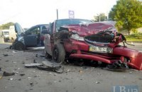 У Києві в лобовому зіткненні з участю трьох авто госпіталізовано одного з водіїв