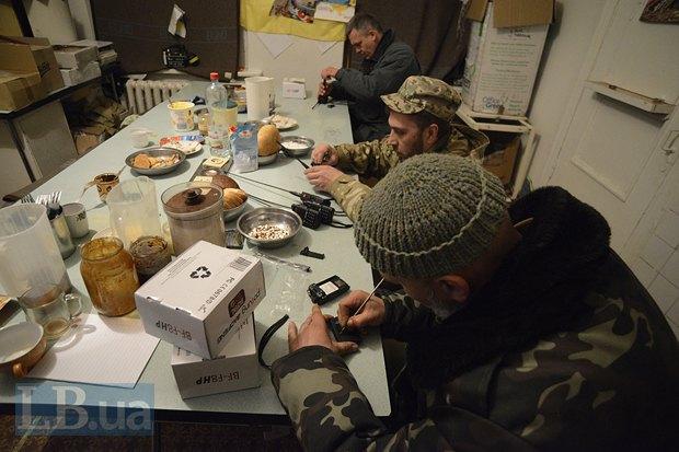 Вообще это столовая, но Константин, Алексей и Андрей заняты чем-то несъедобным
