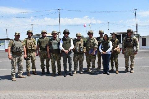 """Посол Данії відвідав Донбас: """"Ви охороняєте безпеку Європи, тому якщо ви в небезпеці, то ми теж"""""""