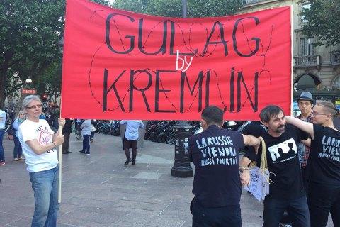 Украинцы в Париже провели акцию в поддержку политузников РФ