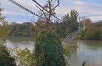 Во Франции рухнул мост с автомобилями, погиб подросток