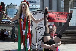 Femen выступили длинноногими рогатками против маньяка Лукашенко