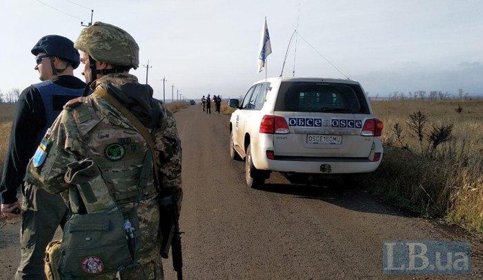 Спостерігачі ОБСЄ і українські військові в очікуванні сигналу про відведення біля с. Петрівське